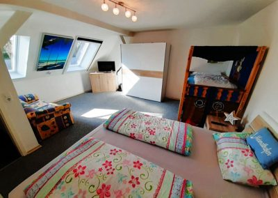 Hof Postel Hemmoor Schlafzimmer mit Kinderbett